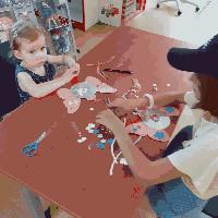 dzieci w czasie prac plastycznych